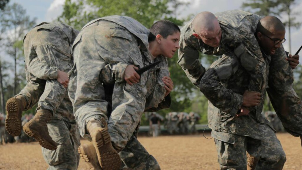 TØFF DAME:   Den amerikanske soldaten Kristen Griest (midten) er en av to kvinnelige soldater som nå er uteksaminert fra den prestisjefylte Ranger-skolen i USA, som har de tøffeste fysiske og psykiske testene. Hun vil garantert ikke like rapporten som hevder at kvinner ikke er like egnet som menn i militære. Foto: Afp / Scanpix
