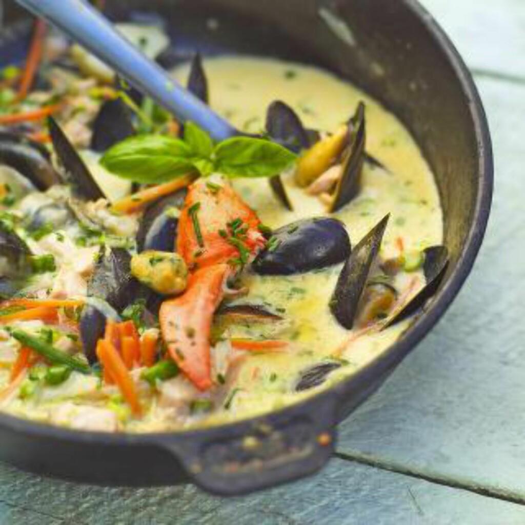 SIGNATURRETT: Den populære fisk- og skalldyrsuppen har b¨de rødt, grønt og blått i seg, og er en av Trond Mois spesialiteter.
