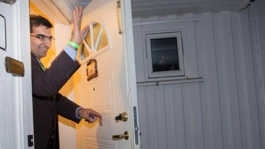 ENDELIG HJEMME: - Vi har fått nye dører, så nå håper jeg at nøkkelen passer, sier Shoaib Sultan idet han låser seg inn. Foto: Tomm W. Christiansen