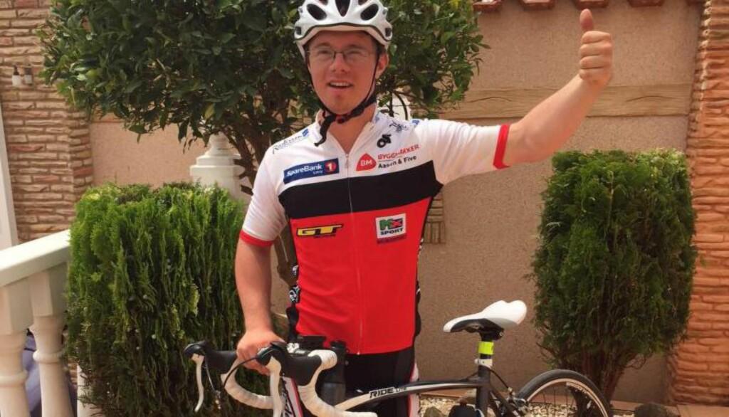 VIL HJELPE: Aleksander (22) skal sykle 100 mil de neste ti dagene i håp om at han med det skal klare å samle inn penger til mennesker på flukt fra krig og nød. Foto: Privat