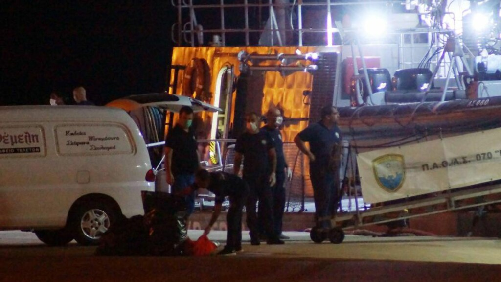DRUKNET:  Gresk kystvakt på Rhodos tar i mot døde flyktninger som kantret med en båt på vei til øya Farmakonisi søndag. Foto: Argyris Mantikas, AFP/Eurokinissi/NTB Scanpix.