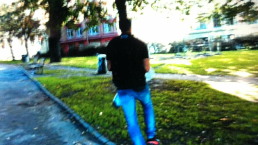 RØMMER: Her løper mannen gjennom Oslos gater. Foto: Vitne.