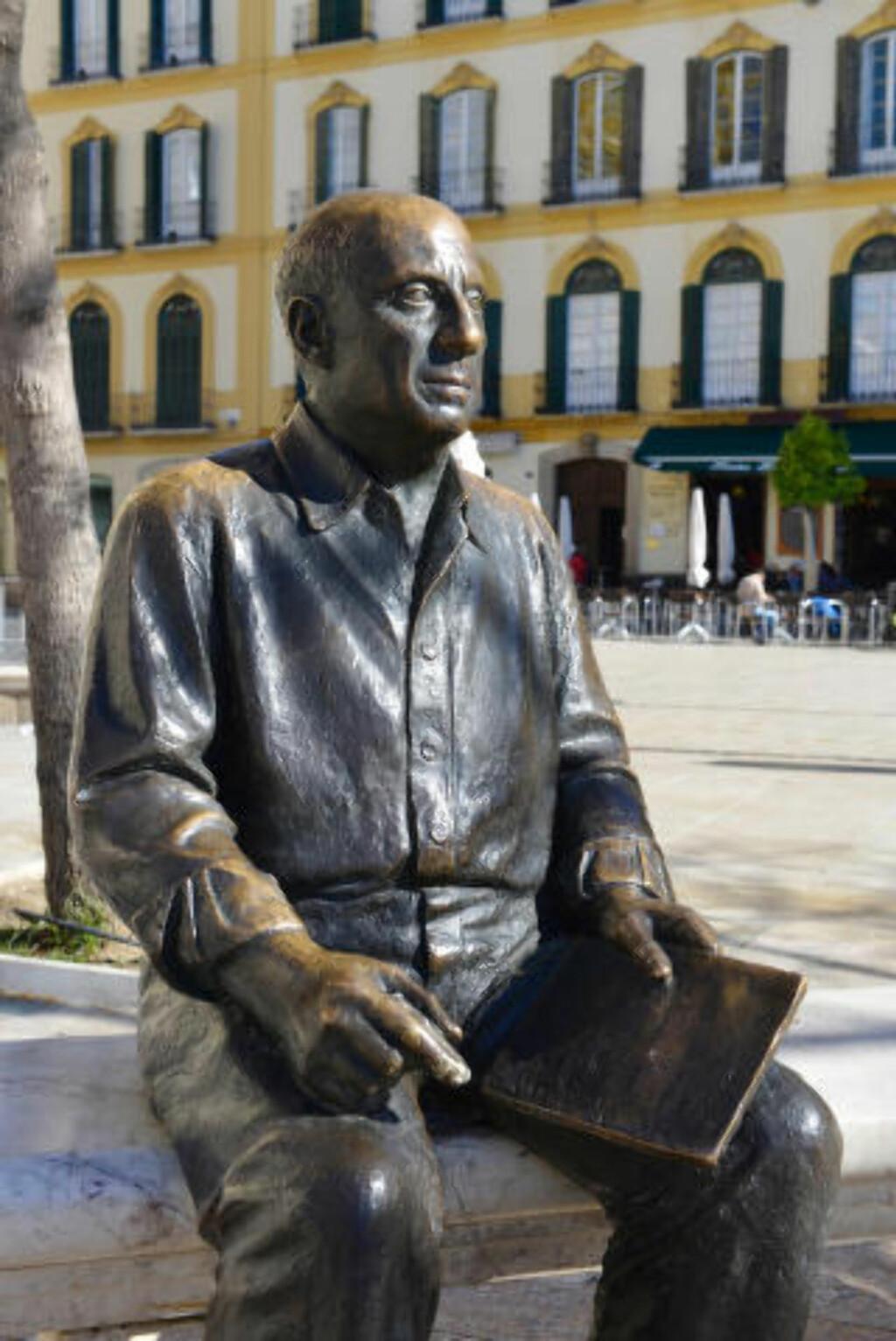 BYENS STOLTHET: Pablo Picasso er en av verdens aller mest kjente kunstnere. Så det er ikke rart at plazaen hvor han vokste opp, har fått sin egen bronseskulptur. Foto: GJERMUND GLESNES