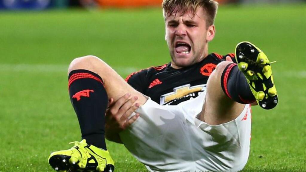 STYGG SKADE: Manchester Uniteds Luke Shaw er ute i fire til seks måneder etter det stygge beinbruddet i Champions League-oppgjøret mot PSV i går. Foto: AP / Peter Dejong / NTB Scanpix