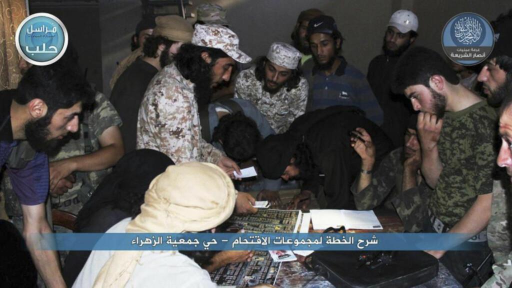 STRATEGIMØTE: Et av Qatars mange grep i borgerkrigen i Syria er å opprette dialog med al-Nusra - opprørsgruppa som er al-Qaidas front i Syria. Dette bildet, spredt via en al-Nusra-vennlig Twitter-konto i juli, viser soldater fra terrorhæren som planlegger et anslag mot regjeringsstyrker i storbyen Aleppo nord i Syria. Foto: AP / NTB scanpix