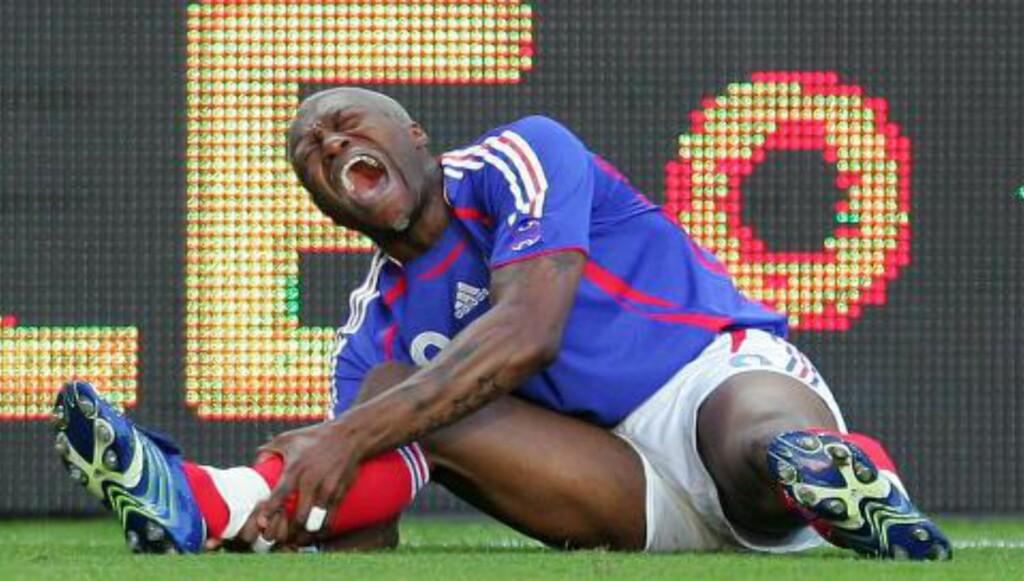 DOBBEL: Djibril Cisse har opplevd å brekke begge beina, ved to ulike anledninger. Dette er fra 2006, ikke lenge etter at franskmannen var tilbake etter halvannet år utenfor fotballen. Foto: NTB SCANPIX / REUTERS  / Jean-Paul Pelissier