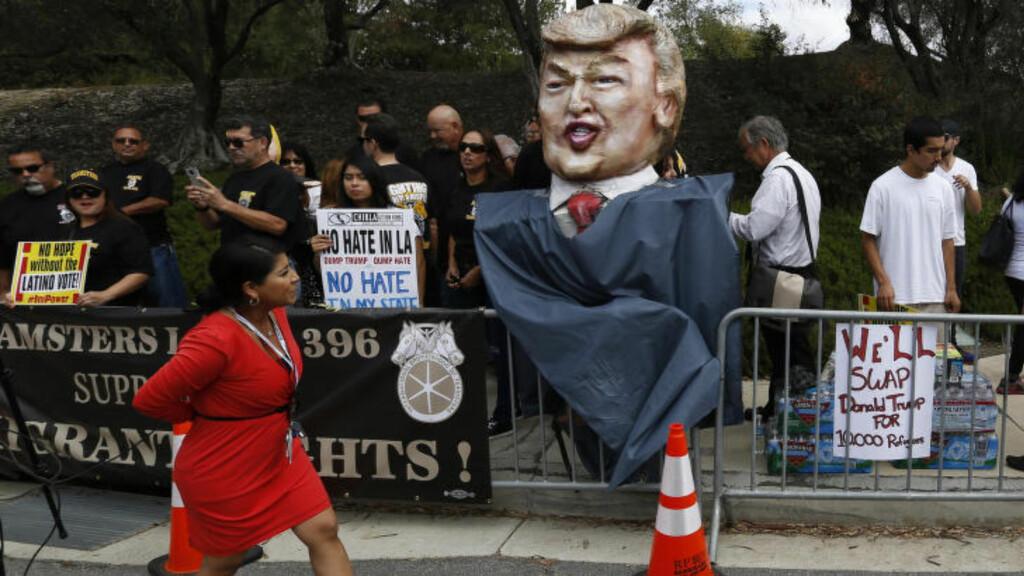 HOVEDPERSON: Donald Trump leder på meningsmålingene. Utenfor Ronald Reagan Presidential Library, hvor debatten holdes, har demonstranter satt opp en karikatur av ham. Foto: REUTERS/Mario Anzuoni
