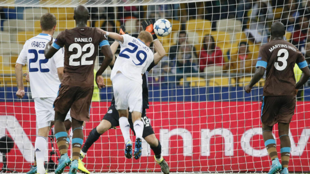 FRAM MED HANSKENE: Iker Casillas fikk sin mesterligadebut for Porto i 2-2-kampen borte mot Dinamo Kiev onsdag. Med sin 151. mesterligakamp totalt tangerte han rekorden til Xavi. Foto: REUTERS/Gleb Garanich