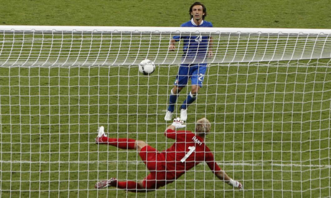 <strong>ARRIVEDERCI:</strong> Her ydmyker Italias Andrea Pirlo Englands Joe Hart under kvartfinalen i EM 2012. Foto: AP / Efrem Lukatsky / NTB Scanpix