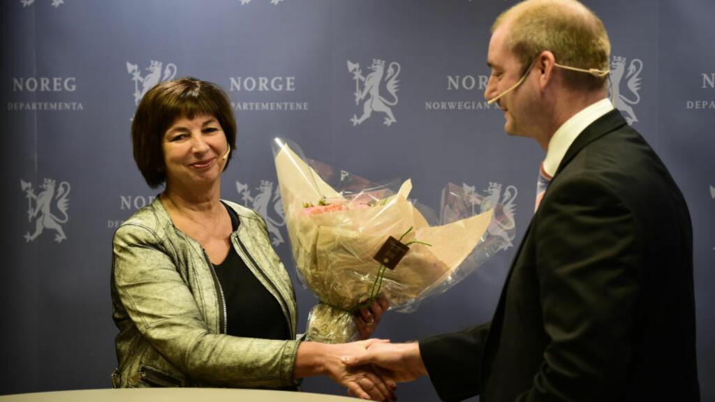 TOPPSJEFEN: Arbeids- og sosialminister Robert Eriksson presenterte i formiddag Sigrun Vågeng som toppsjef i Nav. Foto: Lars Eivind Bones / Dagbladet