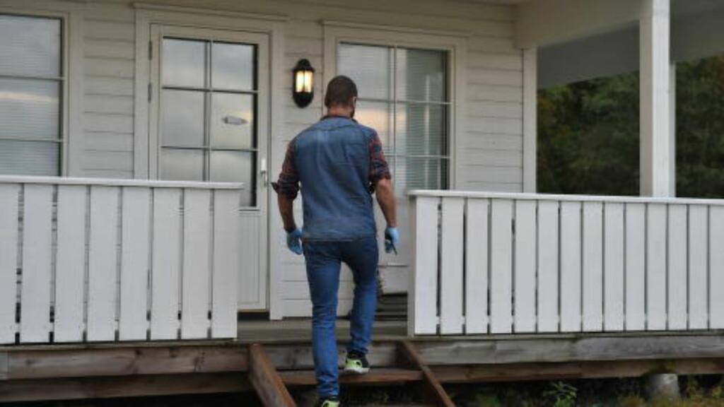 RANSAKELSE: I dette huset ble en mann i Lyngdal pågrepet. Her tar sivilt politi ut bevismateriale fra huset. Foto: Øistein Norum Monsen / Dagbladet