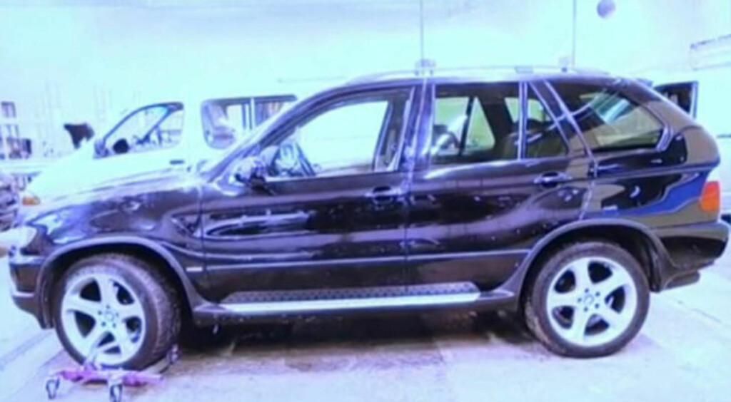 BORTFØRT: En mann ble ifølge politiet først slått i hodet med en jernstang og deretter bortført i denne BMW-en onsdag kveld. Politiet vet fortsatt ikke hvor mannen er, eller i hvilken tilstand han er i. Foto: Politiet