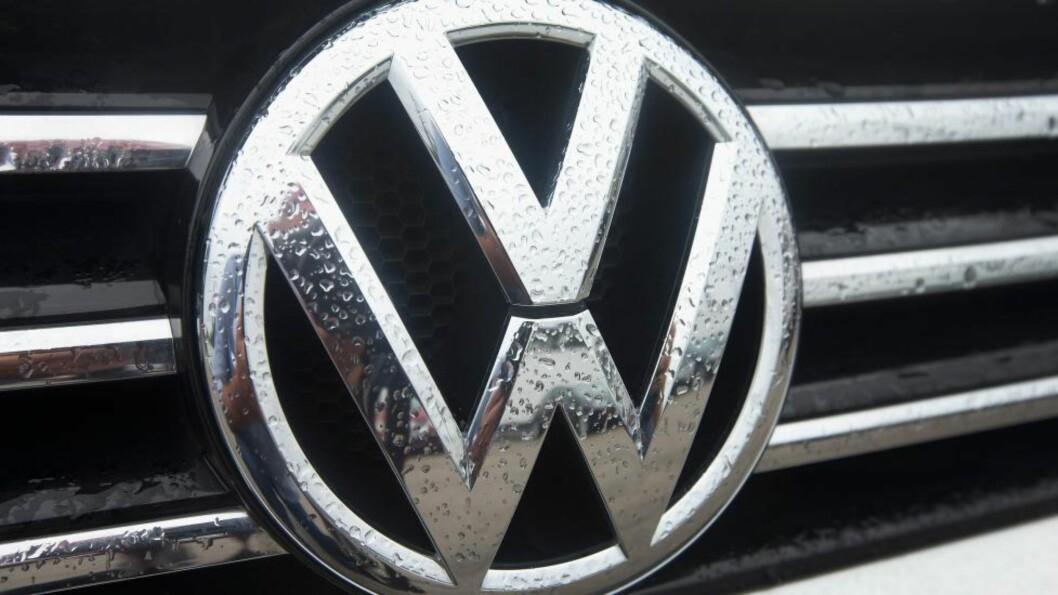 <strong>JUKS:</strong> Amerikanske myndigheter anklager Volkswagen for å ha installert et jukseprogram i nesten 500 000 bilder. Programmet merker når bilens utslippsnivå testes, og produserer mindre utslipp i slike situasjoner. Det gjelder derimot ikke når bilen er på veien under vanlig kjøring. Foto: Scott Olson/Getty Images/AFP/NTB Scanpix