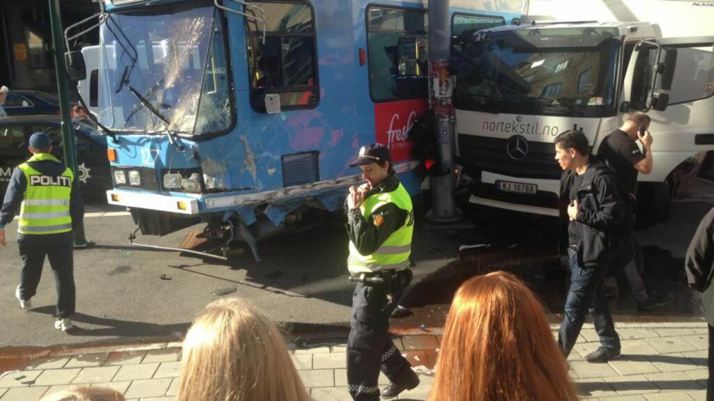DRAMATISK: Ulykken på Grønland ser dramatisk ut. Heldigvis ble bare en person lettere skadet. Foto: Tipser.