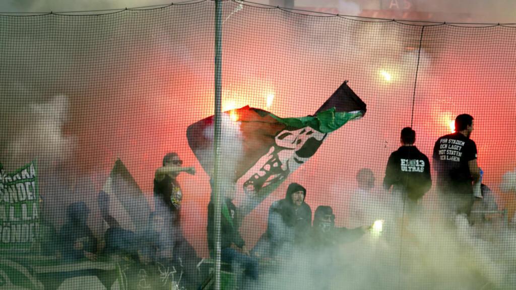 BRÅK: Tilstandene var til tider svært kaotiske da det ble avfyrt bengalske lys på tribunen i kampen mellom IFK Gøteborg og Hammarby søndag.  Foto: Björn Larsson Rosvall / TT / Kod 9200