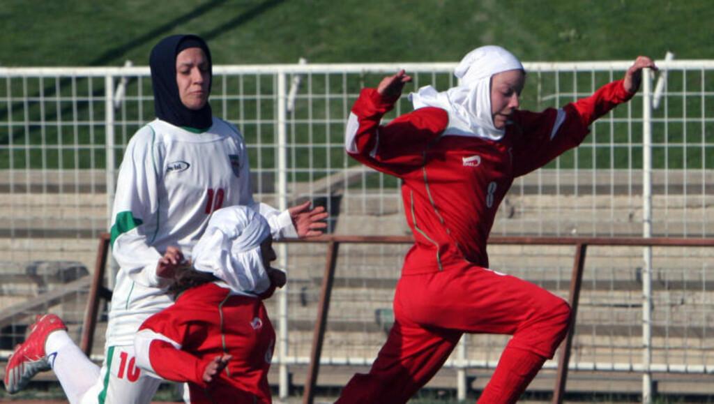 IKKE FORNYET: Ardalans mann nekter å fornye passet til Irans kaptein (i hvitt), og dermed går 30-åringen glipp av Asiamesterskapet. Foto: NTB Scanpix