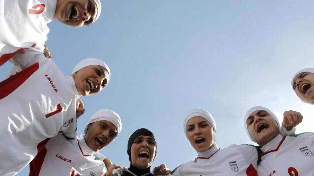 FÅR IKKE DRA: Kaptein på det iranske kvinnelandslaget, Niloufar Ardalan (nr. 3 fra høyre) får ikke delta i Asiamesterskapet i futsal. Foto:   REUTERS / Ali Jarekji / NTB Scanpix