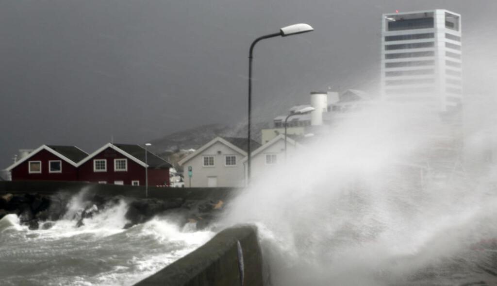 FRISKE KAST:  Nordmenn må forberede seg på flere uværsdager. Her fra stormen Ole, som herjet med Bodø i februar 2015. Foto: Marius Helge Larsen / NTB scanpix