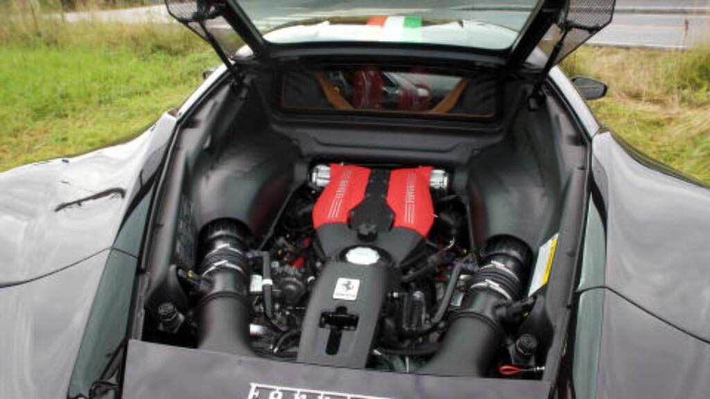 DOBBEL TURBO: To turboladere gjør at Ferrari presser nærmere 700 hestekrefter ut av den nye V8-eren sin. Foto: Tormod Brenna