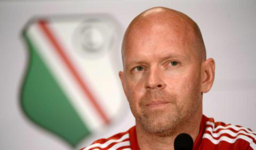 GLAD PÅ IGHALOS VEGNE: Daværende Lyn-trener Henning Berg, som nå er trener i den polske toppklubben Legia Warszawa. Foto: EPA / NTB Scanpix