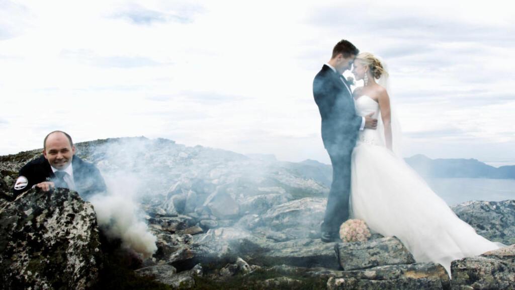 TOPP STEMNING: For å skape en spennende stemning på brudebildet, måtte brudens far, Jan Asbjørn Lynghaug, legge seg rett utenfor bilderamma til fotograf Ma Ortiz og fyre av røykgranater for den nette sum av 50 kroner. Foto: ERIK HATTREM