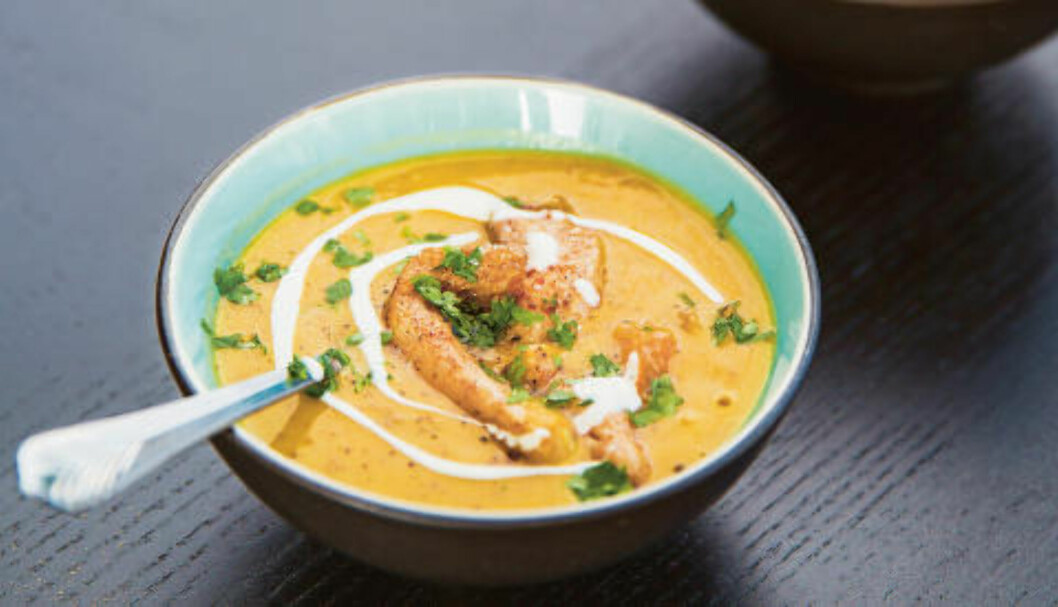 <strong>BILLIG OG SUNT:</strong> Denne suppa er full av gode grønnsaker, spisskummen, linser og ingefær, toppet med koriander. Foto: SIGURD FANDANGO/HVERDAGSMAT