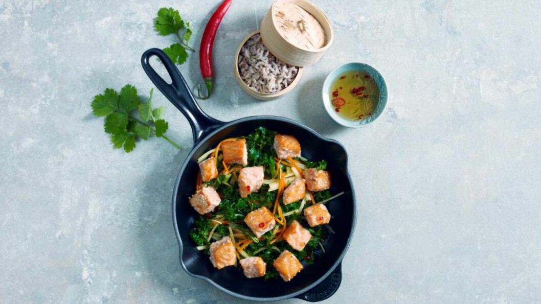 <strong>LAKS:</strong> Jeanette Roede lover deilig smak, lite kalorier og lite penger brukt om du går for denne woken med eplesaus.Foto: GRETE ROEDE
