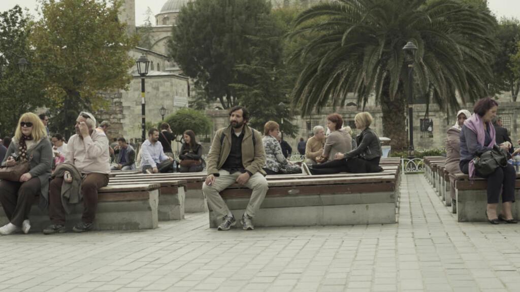 FØLGER FLYKTNINGENE: Kadafi Zaman har i dokumentaren «Norge til salgs» fulgt flyktningenes farefulle reise fra Midtøsten til Europa. Her utenfor den Blå moskeen i Istanbul, Tyrkia. Foto: Novemberfilm