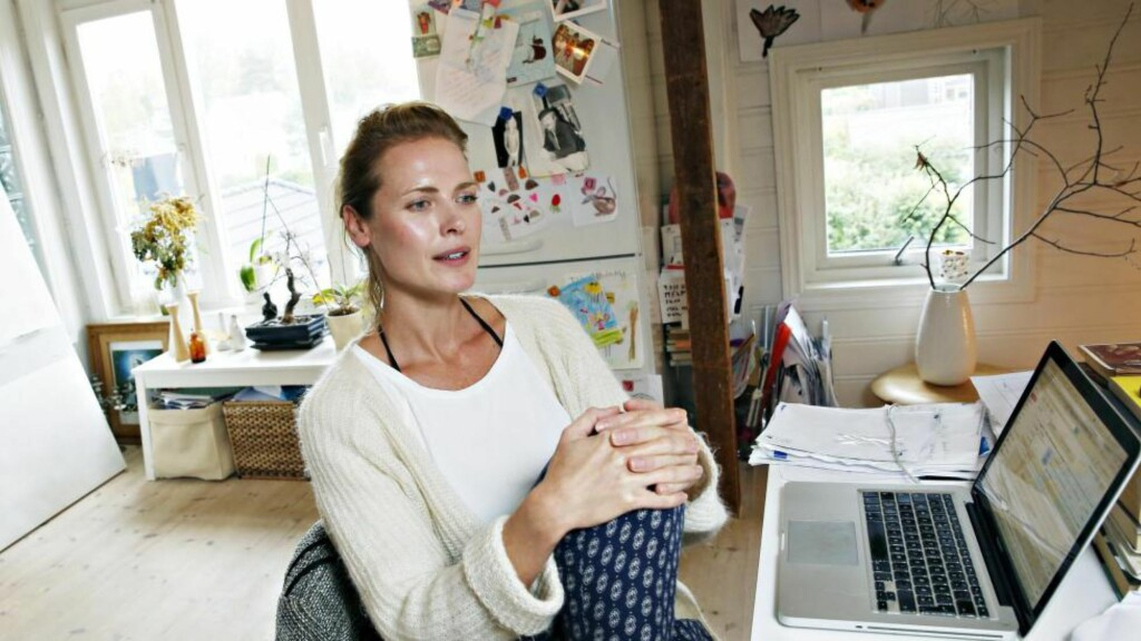 FERSK FORFATTER: Synnøve Macody Lund er kjent som skuespiller, filmkritiker og modell. Nå er hun også klar med sin første roman, skrevet på kjøkkenet hjemme på Nordstrand. Foto: JACQUES HVISTENDAHL
