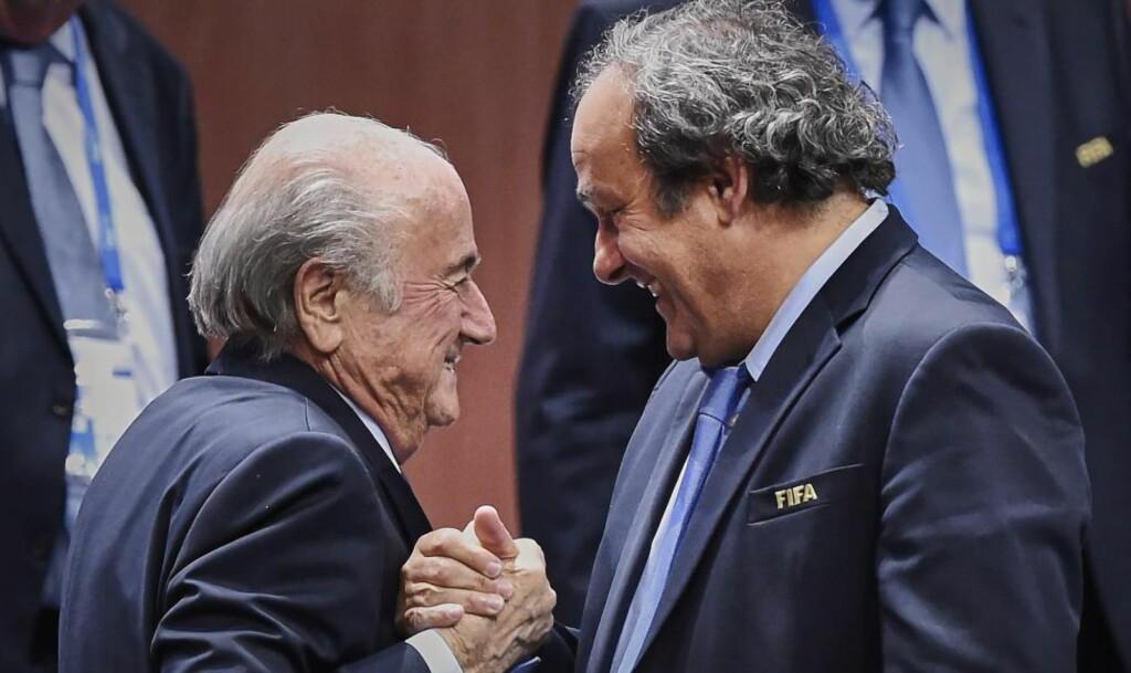 MEKTIGE KARER: FIFA-president Sepp Blatter (t.v.) er under etterforskning i Sveits. En millionutbetaling setter nå også UEFA-president Michel Platini i dårlig lys. Foto: AFP / MICHAEL BUHOLZER / NTB Scanpix