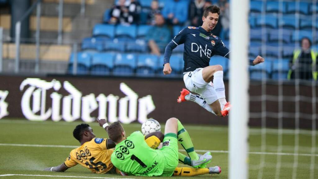 TABBE: Her slipper Pavel Londak med skrekken, men senere i kampen vartet Bodø/Glimts sisteskanse gjorde en uforståelig keepertabbe litt senere. Foto: Berit Roald / NTB scanpix