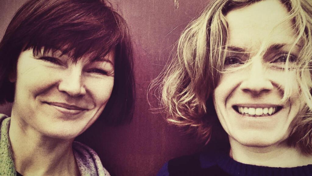 SAMARBEID: Svenske Anja Hitz (t.v.) og norske Charlotte Glaser Munch har skrevet ungdomsroman sammen. Foto: CAPPELEN DAMM