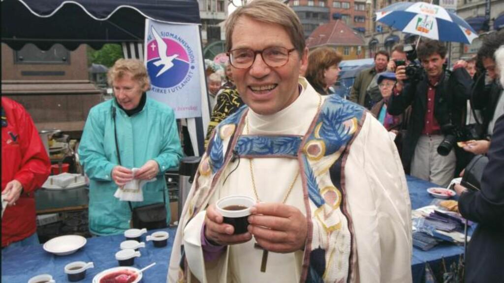 KIRKEKAFFE: Hadde Gunnar Stålsett blitt vigslet til katolsk biskop på 1700-tallet ville han kanskje fått kaffe for å motvirke erotiske følelser. Her nyter Oslo-biskopen sin kirkekaffe på Stortorvet etter at han ble vigslet i 1999. Foto: PER LØCHEN /NTB SCANPIX
