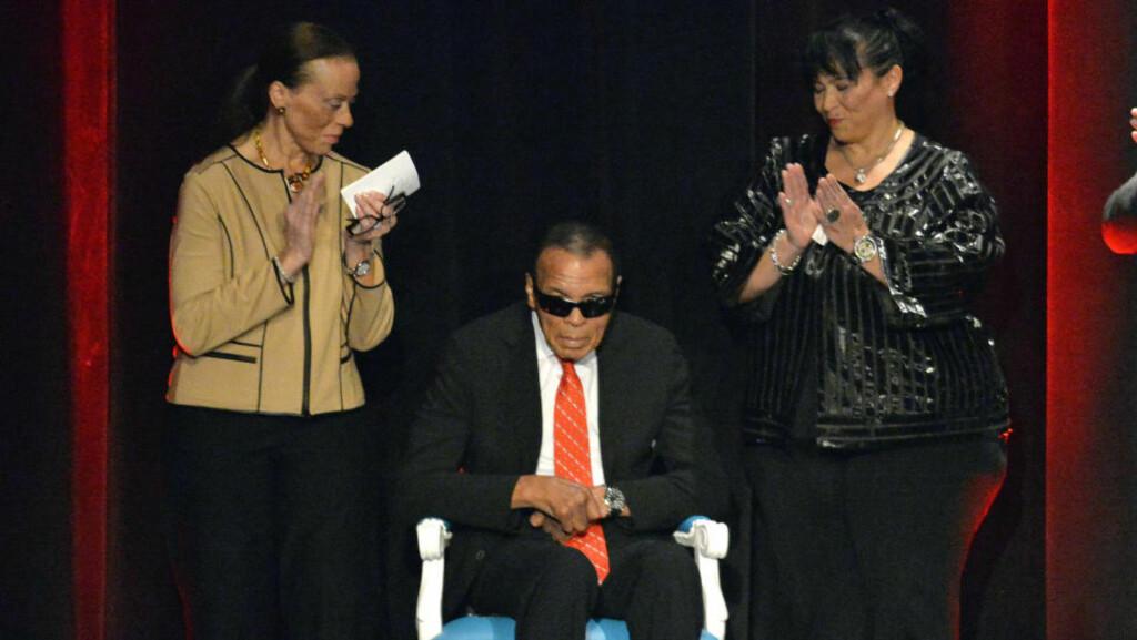 40 ÅR SIDEN. Det er 40 år siden Muhammad Ali og Joe Frazier utkjempet gladiatorenes kamp i ringen. De 14 rundene i Manila omtales som historiens tøffeste og mest brutale kamp i tungvektsboksingen. Dette er det siste bildet som er tatt av bokselegenden, da han mottok en hederspris 17. september i sin hjemby Louisville. Foto: AP/NTB Scanpix.