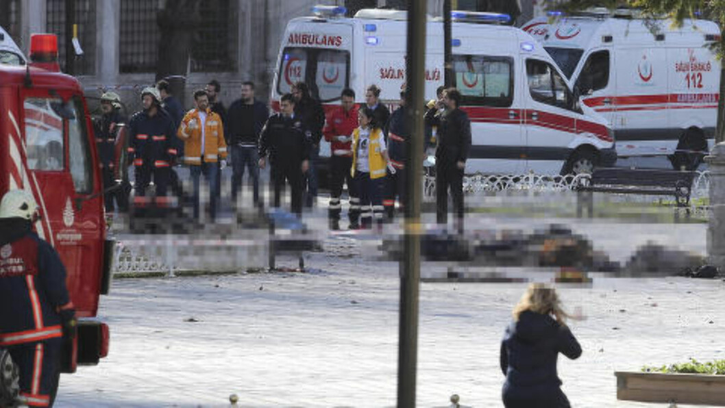 FLERE DØDE: Politi og ambulanse rykket raskt ut til Sultanahmet-plassen i Istanbul i dag, etter en kraftig eksplosjon. Minst åtte personer skal være drept. Bildet viser minst sju personer livløse på bakken. Foto: Kemal Aslan / Reuters / NTB scanpix