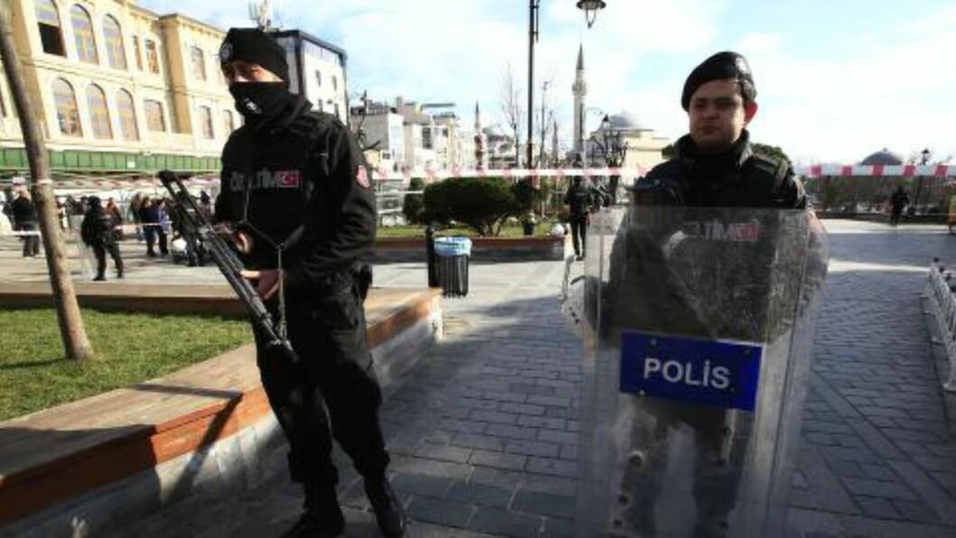 SIKRER OMRÅDET: Politiet sikrer den historiske Sultanahmet-plassen etter eksplosjonen tidligere i dag. Foto: Lefteris Pitarakis / AP Photo / NTB scanpix