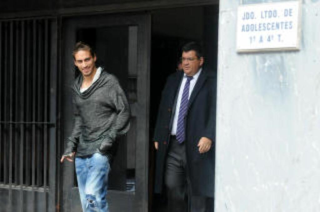 I RETTEN. Her forlater Martin Cacers rettslokalet i Montevideo 1. juli 2014 sammen med sin forsvarer Jorge Barriers etter at han hadde vært involvert i en bilulykke. Foto: NTB Scanpix.