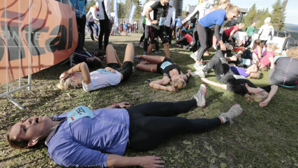 KOSTER KREFTER:  Motbakkeløp er definitivt en av de hardeste idrettsgreinene du kan velge. Dette er utvalgte utslitte som har kommet i mål øverst i Wyllerløypa i Oslo. FOTO: Lise Åserud / NTB scanpix.