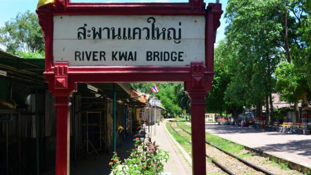 <strong>KHWAE ELLER KWAI:</strong> Opprinnelig heter elva heller ikke Kwai. Byen Kanchanaburi ligger ved samløpet av elvene Khwae Noi og Khwae Yai, og brua går over den sistnevnte. Men skiltet på perrongen er endret. Foto: MARI BAREKSTEN