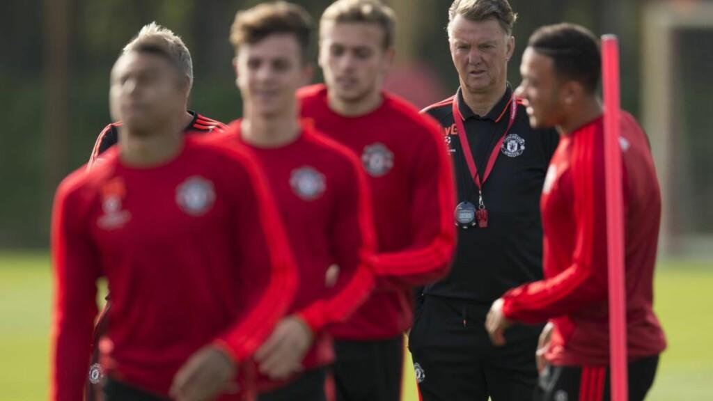 FIRE SKADET: Manchester United-spillerne Michael Carrick, Ander Herrera, Antonio Valencia og Marcos Rojo sto alle over treningen dagen før mesterligamøtet med Wolfsburg. Foto: AFP PHOTO / OLI SCARFF