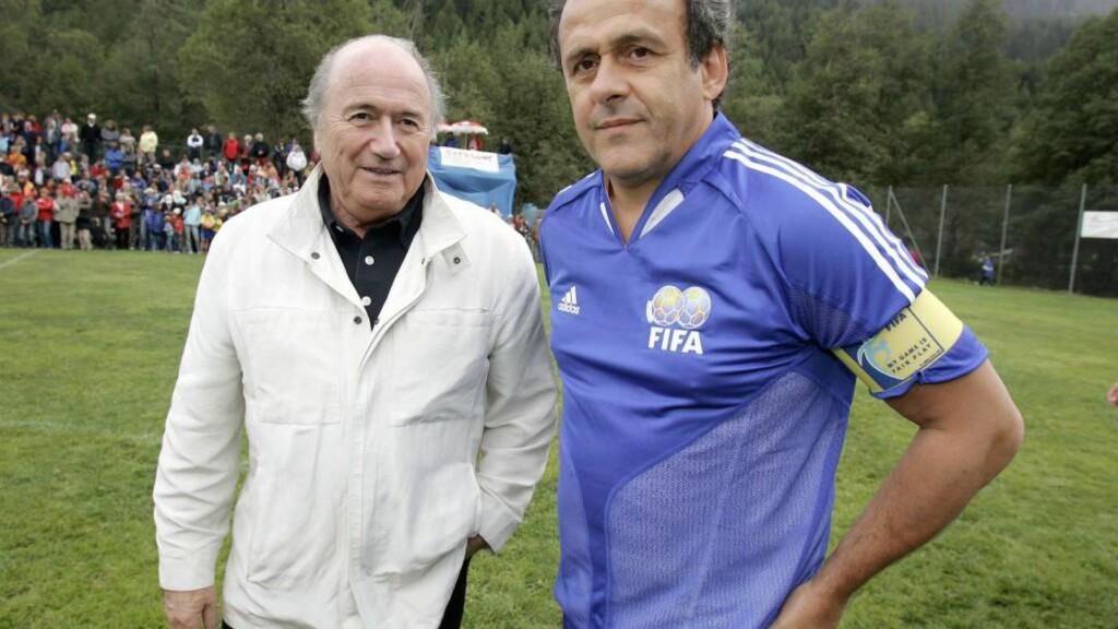 SOM FAR OG SØNN: Etterbetalingen fra jobben som spesialrådgiver for Sepp Blatter, er i ferd med å stoppe Michel Platini sitt forsøk på å bli den neste FIFA-presidenten. Her er de to under en oppvisningskamp i Blatters hjemby Ulrichen. FOTO: AFP / Fabrice Coffrini.