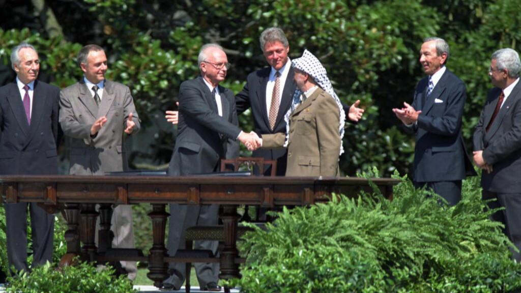 TREKKER SEG: Den palestinske presidenten Mahmoud Abbas sier onsdag at Palestina trekker seg fra Oslo-avtalen. Bildet viser Yassir Arafat som tar Yitzhak Rabin i hånda. I midten Bill Clinton. Fra venstre Shimon Peres og Andrej Kozyrev. Fra høyre Mahmoud Abbas og Warren Cristopher, i forbindelse med undertegningen av Oslo-avtalen i Washington D.C. Foto: NTB Scanpix