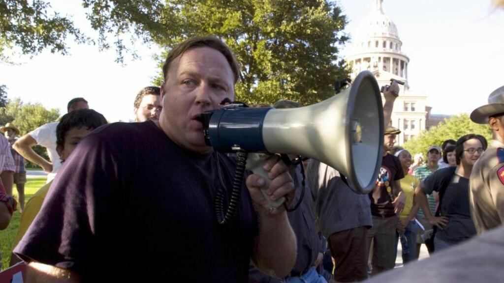 HØYLYTT AGITATOR: I USA har Alex Jones blitt noe av en institusjon langt utenfor den konspirasjonsverdenen han ofte forbindes med. Her under en demonstrasjon i Austin i 2005. FOTO: NTB SCANPIX