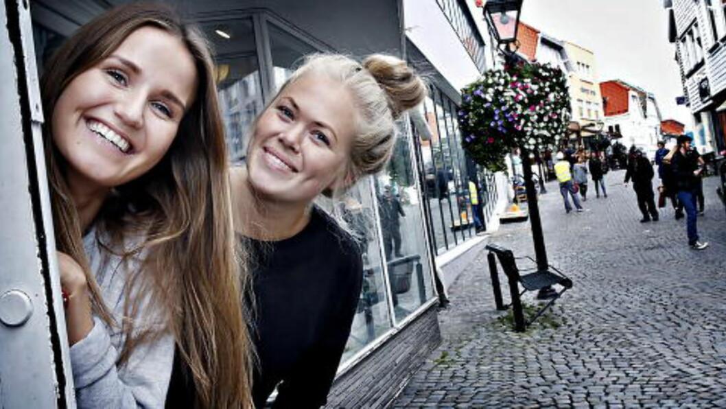 ØKER OMSETNINGEN, JOBBER HARDERE:  Kristine Sunde (til venstre) og butikksjef Danielle Stålhandske driver Urban klesbutikk. Foto: Jacques Hvistendahl / Dagbladet