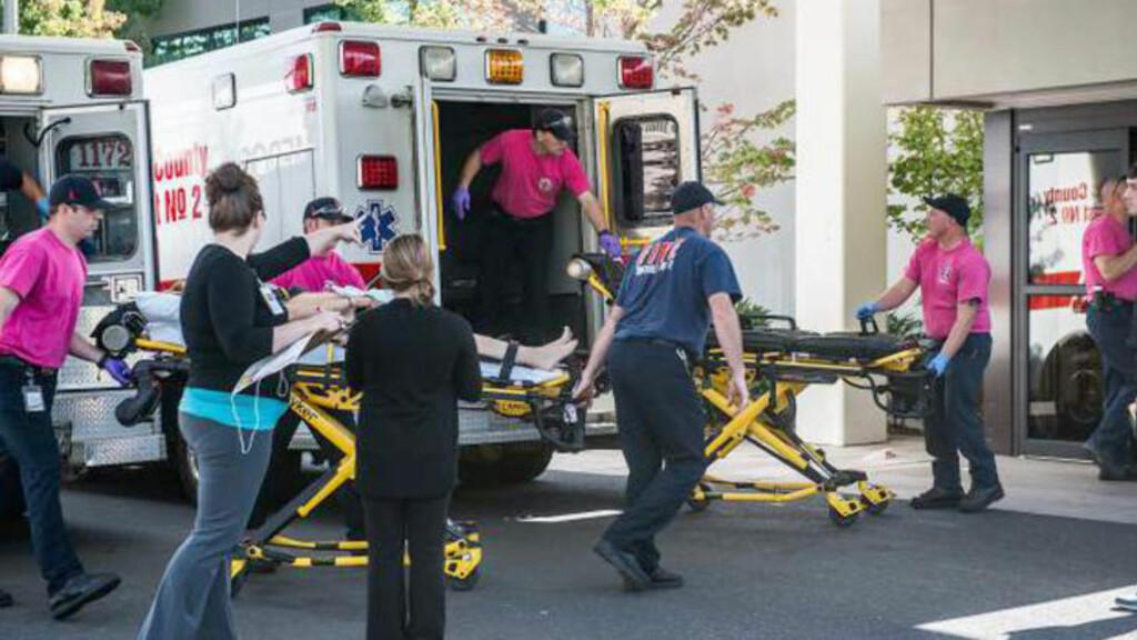 Kjøres inn: En pasient blir ført inn i en ambulanse etter skoleskytingen i Oregon. Foto: Aaron Yost/Roseburg News-Review via AP)
