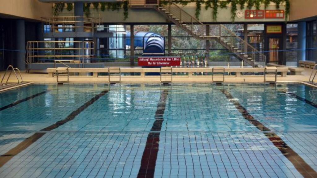 ASYLSØKERE INGEN ADGANG: Dette er det offentlige bassenget i Bornheim, der ingen mannlige asylsøkere over 18 år får bade. Foto: Henning Kaiser / EPA / NTB Scanpix