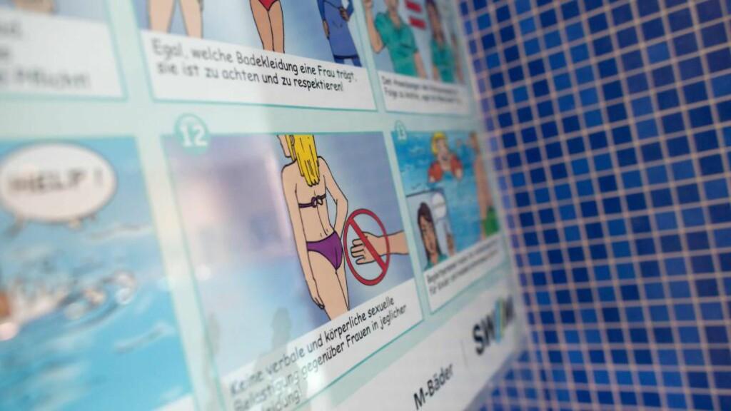 OPPDRAGENDE TILTAK: «Ingen verbale og kroppslige seksuelle tilnærmelser mot kvinner, uansett bekledning!» advarer en plakat i en svømmehall i München. Foto: Sven Hoppe / DPA / AFP / Sven Hoppe / NTB Scanpix
