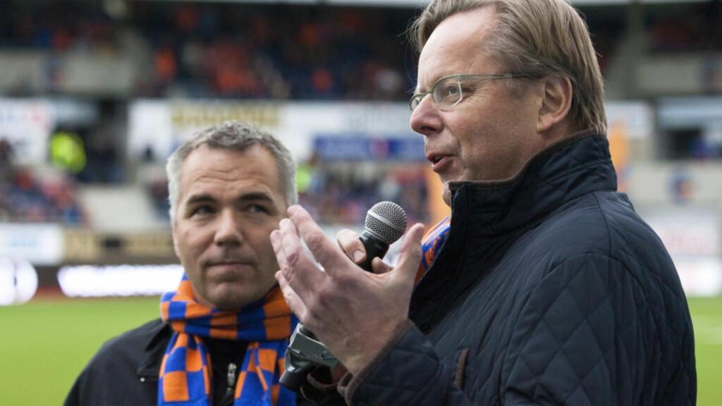 FRIR TIL PUBLIKUM: TV 2-anker Arill Riise gjør sitt for å forsøke å fylle Color Line Stadion på søndag. Foto: Svein Ove Ekornesvåg / NTB scanpix