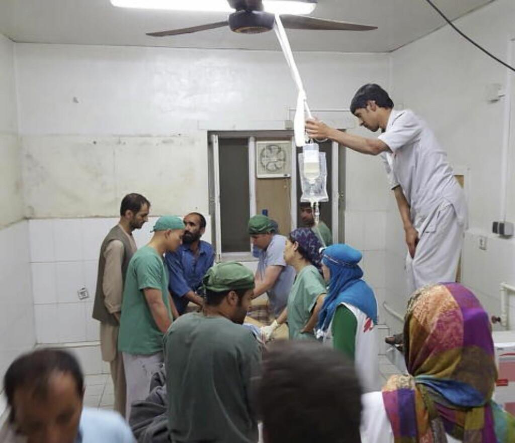 TILBAKE I JOBB:  I provisoriske operasjonssaler arbeider ansatte ved Leger Uten Grenser med å redde liv, bare timer etter at sykehuset ble bombet. Foto: Medecins Sans Frontieres/Reuters/Scanpix