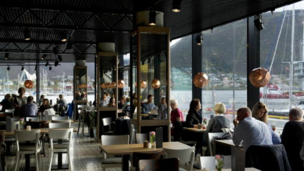 UTSIKT: Fra Restaurant Skirri har du fritt utsyn over Tromsøsundet og Ishavskatedralen. Foto: INGUN ALETTE MÆHLUM